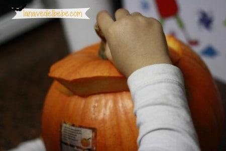 hacer calabaza de halloween con niños 3