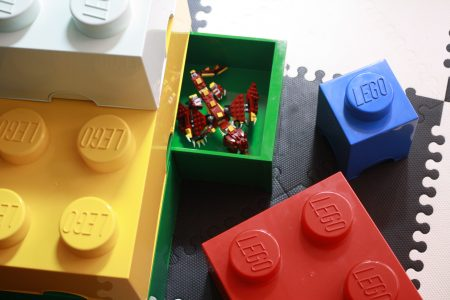 cubos de almacenaje oficial de LEGO, uno de 8 pegs con dos cajines abierto y el resto de diferentes tamaños y colores