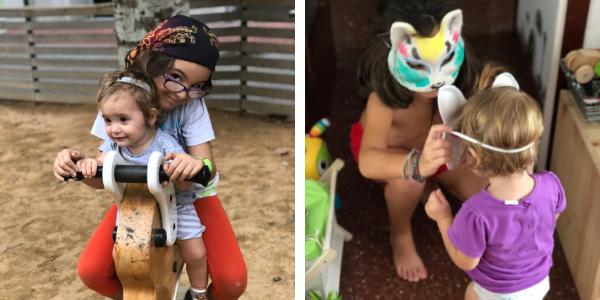 Dos fotos de las hermanas jugando. En la primera están en un parque infantil las dos felices montadas en una moto de madera, en la segunda la mayor con una máscara de gato le está colocando una mascara a su hermana pequeña