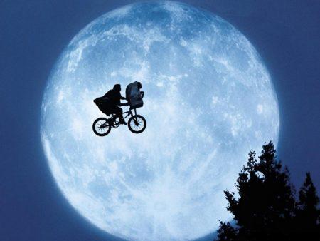 la imágen clásica de ET en la bici pasando por delante de la luna llena (volando)